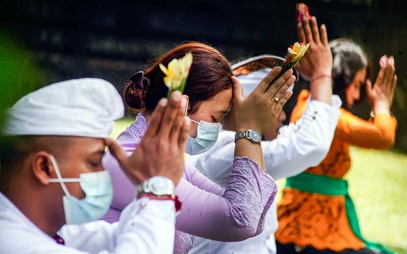 Umat Hindu melakukan persembahyangan bersama Hari Raya Galungan di Pura Parahyangan Agung Jagatkarta, Taman Sari, Kabupaten Bogor, Jawa Barat, Rabu (16/9/2020). Hari Raya Galungan merupakan hari kemenangan kebenaran (Dharma) atas kejahatan (Adharma) yang dirayakan umat Hindu setiap enam bulan sekali dengan melakukan persembahyangan di tiap-tiap Pura. ANTARA FOTO/Yulius Satria Wijaya