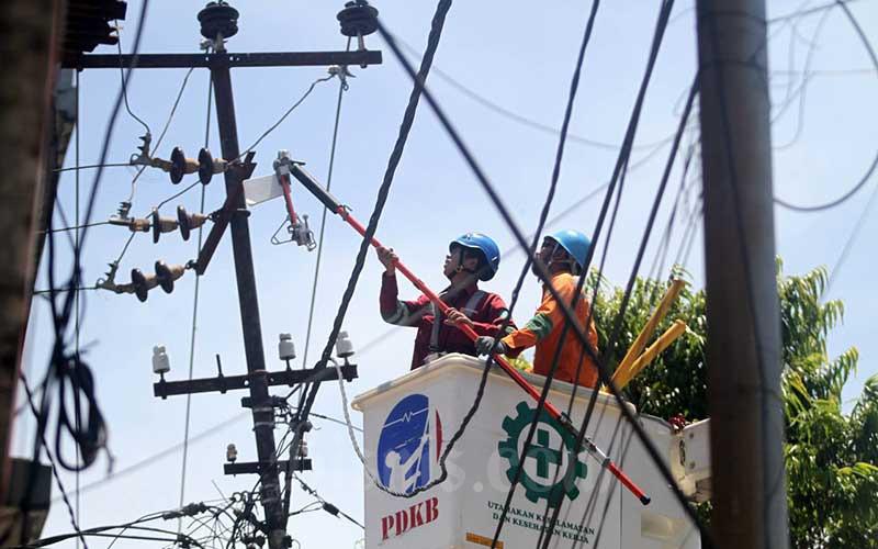 Teknisi Pengerjaan Dalam Keadaan Bertegangan (PDKB) PT PLN (Persero) area Makassar Utara mengerjakan pebaikan jaringan listrik di Makassar, Sulawesi Selatan, Rabu (16/9/2020). PT PLN (Persero) memastikan kebijakan penurunan tarif listrik untuk pelanggan tegangan rendah nonsubsidi selama Oktober—Desember 2020 tidak akan berdampak signifikan terhadap kinerja keuangan perusahaan meski penurunan tarif tersebut akan membuat perseroan kehilangan potensi pendapatan sekitar Rp391 miliar. Bisnis/Paulus Tandi Bone