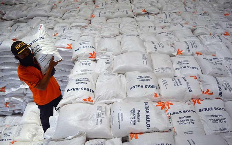 Pekerja mengangkat beras untuk Bantuan Sosial (Bansos) program keluarga harapan di gudang Tunggorono 2, Kabupaten Jombang, Jawa Timur, Rabu (16/9/2020). Perum Bulog Cabang Surabaya Selatan akan menyalurkan Bantuan Sosial Beras (BSB) selama tiga bulan pada Agustus sampai Oktober kepada 50.093 ribu Keluarga Penerima Manfaat Program Keluarga Harapan (KPM-PKH) di Kabupaten Jombang. ANTARA FOTO/Syaiful Arif