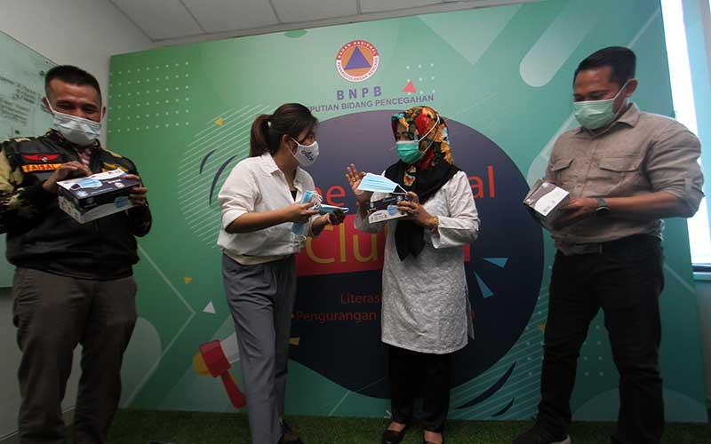 Brand Manager Aice Group Sylvana Zhong (kedua kiri) bersama Direktur Kesiapsiagaan BNPB Eny Supartini (kedua kanan) didampingi JKMC Jaringan Katholik Melawan Covid Yulius Setiarto (kanan), Ketua Gugus Tugas Penanganan Covid GP Ansor Faisal Saimima (kiri) saat acara penyerahan donasi berupa masker melalui BNPB di Jakarta, Rabu (16/9/2020). Bisnis