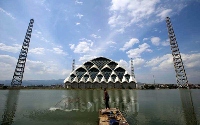 Warga mencari ikan di danau yang ada di kawasan proyek pembangunan Mesjid Raya Al Jabbar, Gedebage, Bandung, Jawa Barat, Rabu (16/9/2020). Pemprov Jawa Barat akan memaksimalkan dana PEN dari Pemerintah Pusat sebesar Rp4 triliun di APBD 2021 berikut menggulirkan skema pembiayaan tahun jamak diantaranya pembangunan Masjid Raya Provinsi Jabar. BIsnis/Rachman