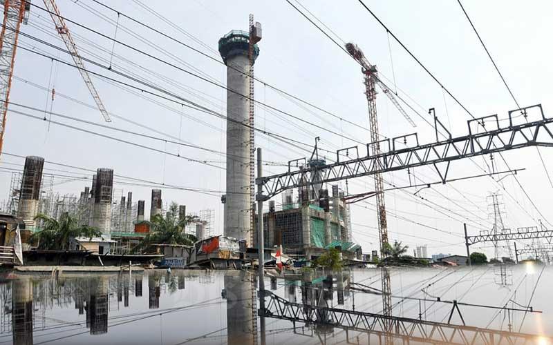 Pekerja beraktifitas di salah satu proyek pembangunan di Jakarta, Rabu (16/9/2020). Kementerian Pekerjaan Umum dan Perumahan Rakyat (PUPR) menargetkan 180.000 tenaga konstruksi tersertifikasi pada 2021. Bisnis/Abdurachman