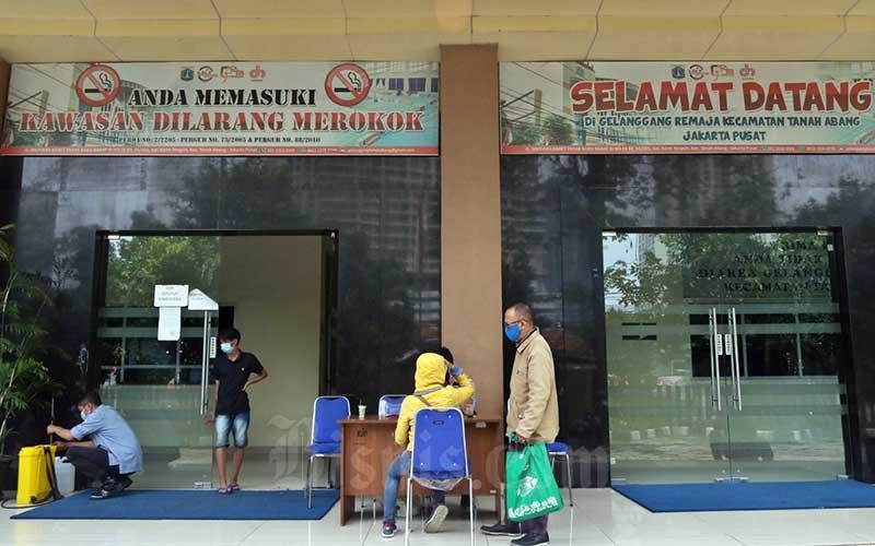 Petugas berjalan di Gelanggang Remaja Kecamatan Tanah Abang, Jakarta, Rabu (16/9/2020). Pemprov DKI Jakarta berencana menggunakan Gelanggang Olahraga Remaja yang berada di Ibu Kota sebagai tempat isolasi mandiri pasien Covid-19. Bisnis/Eusebio Chrysnamurti