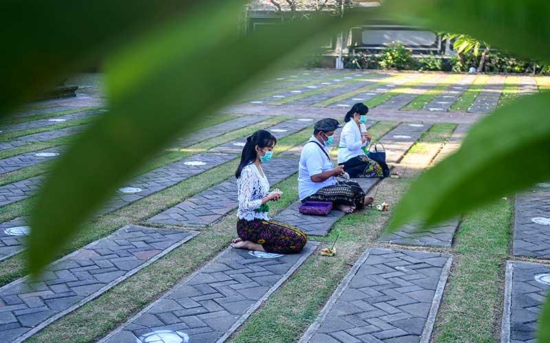 Sejumlah umat Hindu bersembahyang saat Hari Raya Galungan di Pura Agung Jagat Karana Surabaya, Jawa Timur, Rabu (16/9/2020). Hari Raya Galungan merupakan hari kemenangan kebenaran (Dharma) atas kejahatan (Adharma) yang dirayakan umat Hindu setiap enam bulan sekali dengan melakukan persembahyangan di tiap-tiap Pura. ANTARA FOTO/M Risyal Hidayat