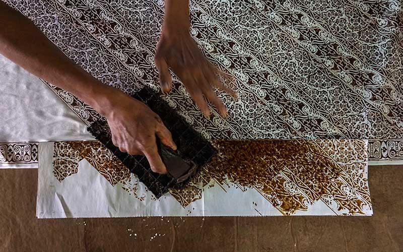 Perajin memproduksi batik cap di Faza's Batik Art, Pekalongan, Jawa Tengah, Rabu (16/9/2020). Menurut produsen itu, produksi batik menurun sebesar sekitar 70 persen sejak penerapan PSBB awal di Jakarta beberapa bulan yang lalu, namun perlahan mulai meningkat pesanan karena adanya konsumen yang memesan melalui daring. ANTARA FOTO/Harviyan Perdana Putra