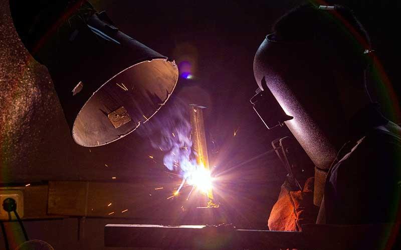 """Peserta menyelesaikan rancangan plat saat mengikuti pelatihan las Shield Metal Arc Welding (SMAW) 3G di Balai Latihan Kerja, Dinas Tenaga Kerja dan Transmigrasi, Karawang, Jawa Barat, Rabu (16/9/2020). Kementerian Ketenagakerjaan menargetkan akan mendirikan 1000 Balai Latihan Kerja (BLK) Komunitas yang tersebar di seluruh wilayah Indonesia selama tahun 2020 untuk melengkapi """"soft skill"""" dan pendidikan karakter dengan tambahan keterampilan atau """"hard skill"""" guna meningkatkan kualitas kompetensi sumber daya manusia. ANTARA FOTO/M Ibnu Chazar"""