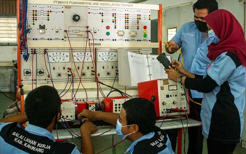 """Peserta menyelesaikan rancangan instalasi listrik saat mengikuti pelatihan operator generator listrik di Balai Latihan Kerja, Dinas Tenaga Kerja dan Transmigrasi, Karawang, Jawa Barat, Rabu (16/9/2020). Kementerian Ketenagakerjaan menargetkan akan mendirikan 1000 Balai Latihan Kerja (BLK) Komunitas yang tersebar di seluruh wilayah Indonesia selama tahun 2020 untuk melengkapi """"soft skill"""" dan pendidikan karakter dengan tambahan keterampilan atau """"hard skill"""" guna meningkatkan kualitas kompetensi sumber daya manusia. ANTARA FOTO/M Ibnu Chazar"""