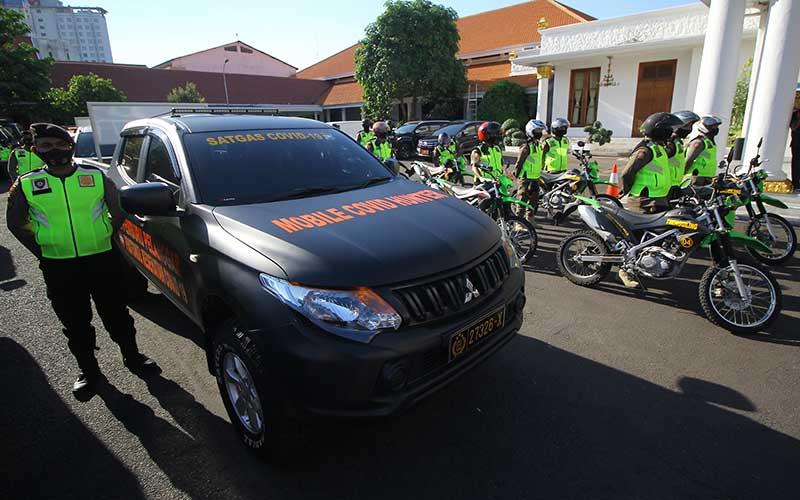 Tim tim pemburu pelanggaran protokol kesehatan Covid-19 mengikuti apel saat diluncurkan di Gedung Negara Grahadi, Surabaya, Jawa Timur, Rabu (16/9/2020). ANTARA FOTO/Moch Asim/foc.