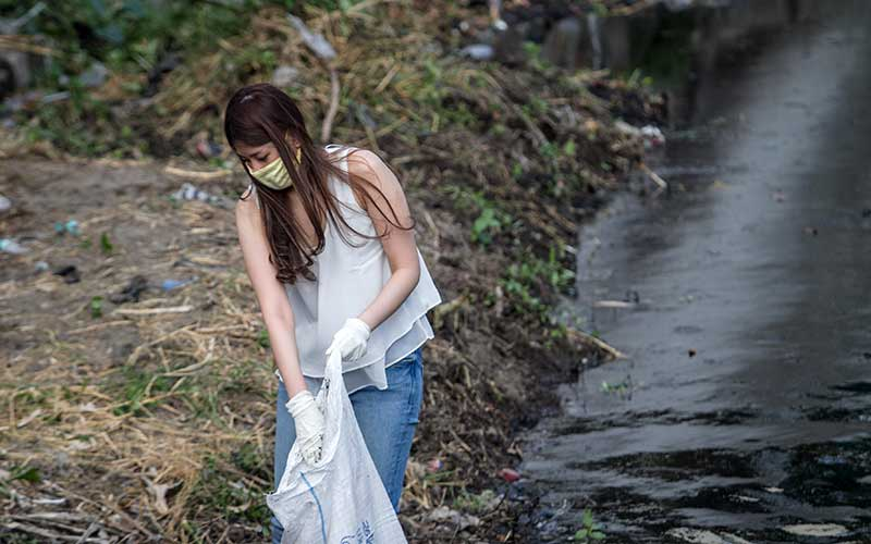 Petugas Satuan Polisi Pamong Praja (Satpol PP) menghukum warga yang melanggar untuk membersihkan sungai saat terjaring Razia Penggunaan Masker di Banjarsari, Solo, Jawa Tengah, Rabu (16/9/2020). ANTARA FOTO/Mohammad Ayudha