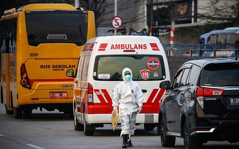 Seorang tenaga kesehatan berjalan di area Rumah Sakit Darurat Penanganan Covid-19, Wisma Atlet Kemayoran, di Jakarta, Rabu (16/9/2020). Berdasarkan data pemerintah, jumlah kasus kumulatif hingga Rabu (16/9/2020) mencapai 228.993. ANTARA FOTO/Rivan Awal Lingga