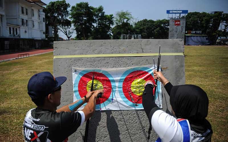 Sejumlah atlet panahan Jabar yang akan berlaga pada PON XX mengambil anak panah saat menjalani sesi latihan di Gor Pajajaran, Bandung, Jawa Barat, Kamis (17/9/2020). Setelah terhenti selama tiga bulan akibat pandemi Covid-19, 16 atlet panahan dari Persatuan Panahan Indonesia (Perpani) Jawa Barat menggelar kembali latihan guna menjaga kebugaran stamina untuk tampil di PON XX Papua Oktober 2021 mendatang. ANTARA FOTO/Raisan Al Farisi