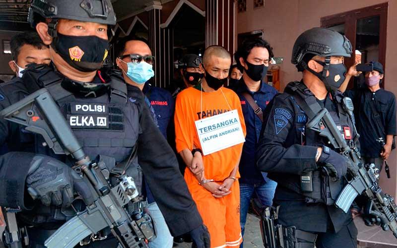 Tersangka Alpin Adrian dikawal petugas saat akan menuju lokasi reka ulang kasus penikaman terhadap Syekh Ali Jaber di Masjid Falahudin Bandar Lampung, Lampung , Kamis (17/9/2020). Rekonstruksi penikaman terhadap Syekh Ali Jaber pada Minggu (13/9/2020) lalu memperagakan 17 adegan di dua lokasi berbeda. ANTARA FOTO/Ardiansyah