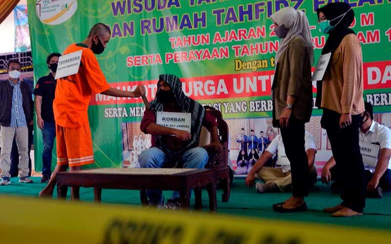 Tersangka Alpin Adrian saat memperagakan reka ulang kasus penikaman terhadap Syekh Ali Jaber di Masjid Falahudin Bandar Lampung, Lampung , Kamis (17/9/2020). Rekonstruksi penikaman terhadap Syekh Ali Jaber pada Minggu (13/9/2020) lalu memperagakan 17 adegan di dua lokasi berbeda. ANTARA FOTO/Ardiansyah