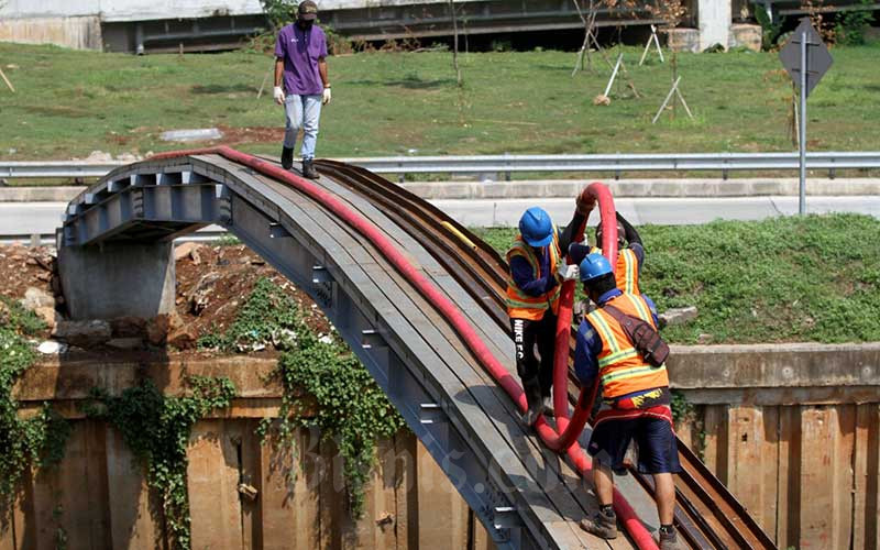 Pekerja melakukan pemasangan jaringan kabel listrik bawah tanah milik PT PLN (Persero) di Jakarta, Kamis (17/9/2020). Menteri Badan Usaha Milik Negara Erick Thohir mengklaim telah mendapatkan dukungan DPR atas usulan penyertaan modal negara (PMN) tahun 2021 yang sebesar Rp37,18 triliun, dimana besaran PMN tersebut di antaranya dialokasikan untuk suntikan modal bagi PT PLN (Persero) sebesar Rp5 triliun. Bisnis/Arief Hermawan P