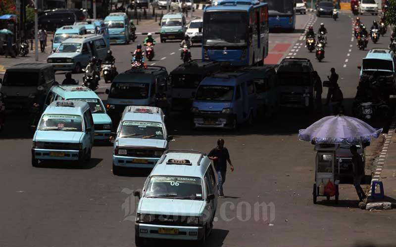 Deretan angkutan kota (angkot) terparkir di terminal Kampung Melayu, Jakarta, Sabtu (19/9/2020). Kementerian Perhubungan (Kemenhub) bersama dengan Organisasi Angkutan Darat (Organda) menghitung kerugian yang telah dialami pelaku bisnis angkutan darat selama pandemi mencapai Rp15,9 triliun. Bisnis/Arief Hermawan P