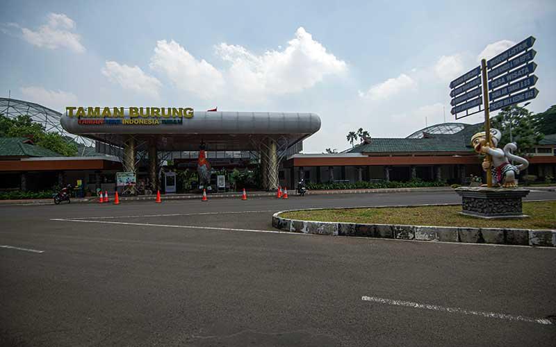 Destinasi Taman Burung tampak lengang saat diberlakukannya pembatasan sosial berskala besar (PSBB) di Taman Mini Indonesia Indah (TMII), Jakarta, Sabtu (19/9/2020). Taman Mini Indonesia Indah (TMII) merupakan salah satu dari puluhan tempat wisata di Jakarta yang ditutup kembali mulai Senin (14/9) setelah diberlakukannya lagi PSBB Jakarta hingga waktu yang belum ditentukan. ANTARA FOTO/Aditya Pradana Putra