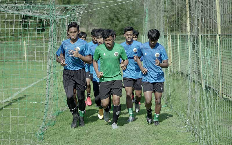 Sejumlah pemain Timnas Indonesia U-19 melakukan pemanasan saat pemusatan latihan di Kroasia, Jumat (18/9/2020). Timnas U-19 akan kembali menghadapi Qatar pada lanjutan uji coba selama pemusatan latihan di Kroasia pada Minggu (20/9) di Stadium Velika Gorica, Zagreb. ANTARA FOTO/PSSI/Handout