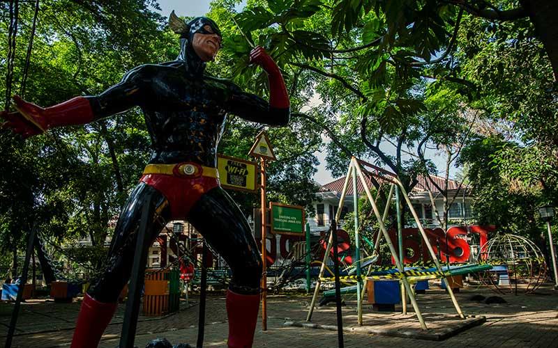 Suasana area taman yang ditutup di Alun Alun Cicendo, Bandung, Jawa Barat, Senin (21/9/2020). Pemerintah Kota Bandung menutup kembali sejumlah taman dan fasilitas bermain anak di Kota Bandung dalam masa pengetatan adaptasi kebiasaan baru guna mencegah kerumunan warga sehingga dapat menekan angka penyebaran Covid-19 yang mulai kembali naik. ANTARA FOTO/Novrian Arbi