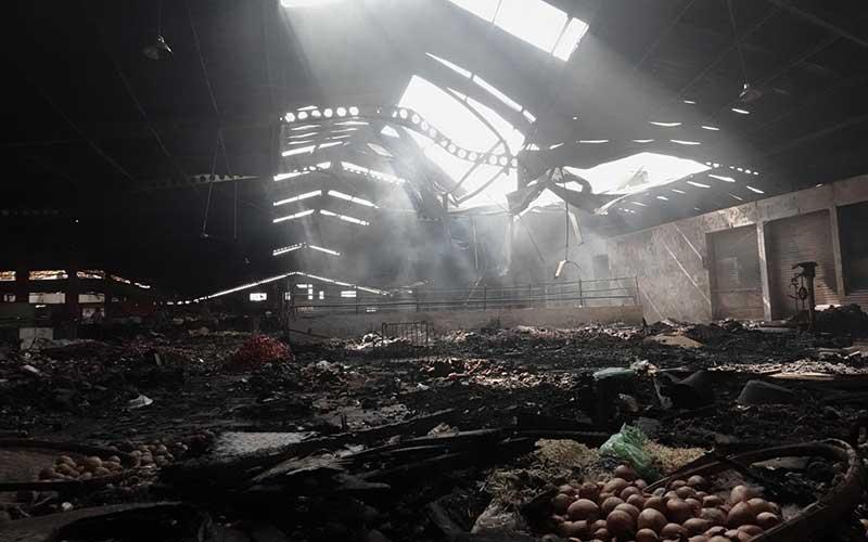 Sejumlah lapak dan kios hangus terbakar di lantai dua Pasar Wage Purwokerto, Banyumas, Jawa Tengah, Senin (21/9/2020). Api membakar sejumlah kios dan lapak pedagang di lantai satu dan dua Pasar Wage Purwokerto pada Senin (21/9/) dini hari. ANTARA FOTO/Idhad Zakaria