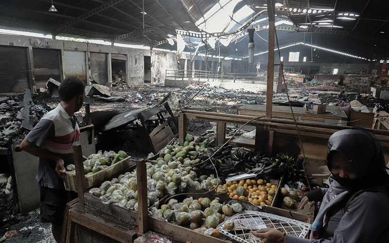 Dua orang pedagang memindahkan barang daganganya dari lokasi kebakaran di lantai dua Pasar Wage Purwokerto, Banyumas, Jawa Tengah, Senin (21/9/2020). Api membakar sejumlah kios dan lapak pedagang di lantai satu dan dua Pasar Wage Purwokerto pada Senin (21/9/) dini hari. ANTARA FOTO/Idhad Zakaria
