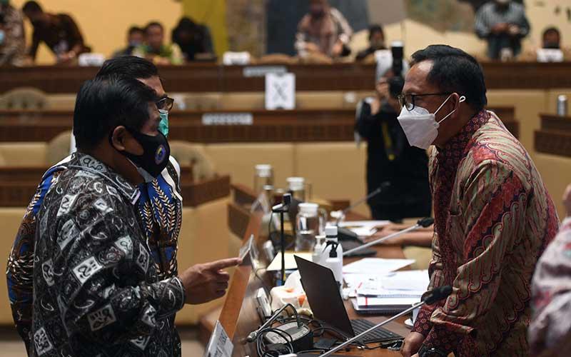 Mendagri Tito Karnavian (kanan) berbincang dengan sejumlah anggota Komisi II DPR usai mengikuti rapat kerja di Kompleks Parlemen, Senayan, Jakarta, Senin (21/9/2020). DPR menyetujui pagu anggaran Kementerian Dalam Negeri untuk tahun 2021 sebesar Rp3,2 triliun dan menyetujui tambahan anggaran sebesar Rp1,2 triliun untuk dibahas di Badan Anggaran DPR. ANTARA FOTO/Akbar Nugroho Gumay