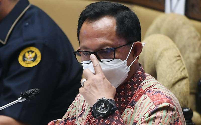Mendagri Tito Karnavian mengikuti rapat kerja dengan Komisi II DPR di Kompleks Parlemen, Senayan, Jakarta, Senin (21/9/2020). DPR menyetujui pagu anggaran Kementerian Dalam Negeri untuk tahun 2021 sebesar Rp3,2 triliun dan menyetujui tambahan anggaran sebesar Rp1,2 triliun untuk dibahas di Badan Anggaran DPR. ANTARA FOTO/Akbar Nugroho Gumay