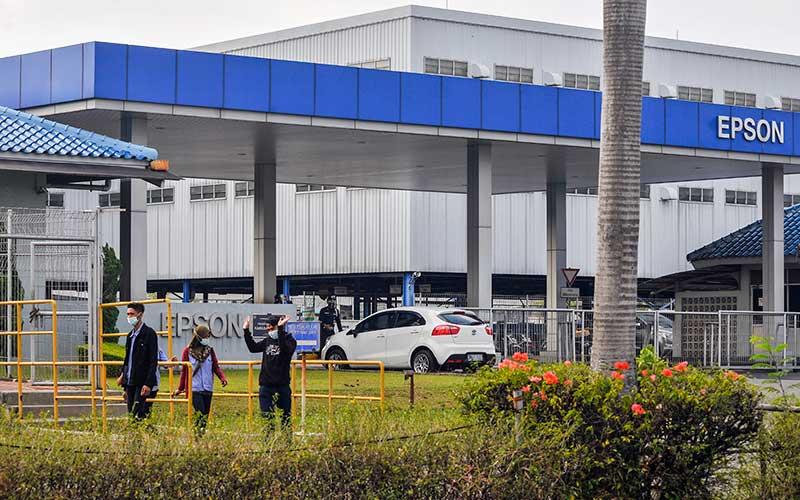 Sejumlah karyawan melintas di pintu keluar perusahaan EPSON, Kawasan East Jakarta Industrial Park (EJIP),  Cikarang, Kabupaten Bekasi, Jawa Barat, Senin (21/9/2020). Menurut data Gugus Tugas Penanganan Covid-19, sebanyak 369 karyawan EPSON terpapar Covid-19 dan aktifitas perusahaan ditutup selama 14 hari terhitung dari tanggal (19/9). ANTARA FOTO/ Fakhri Hermansyah
