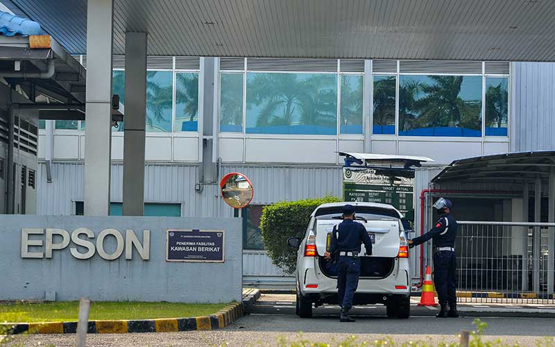 Sejumlah petugas keamanan memeriksa kendaraan yang akan memasuki pabrik EPSON di Kawasan East Jakarta Industrial Park (EJIP), Cikarang, Kabupaten Bekasi, Jawa Barat, Senin (21/9/2020). Menurut data Gugus Tugas Penanganan Covid-19 sebanyak 369 karyawan EPSON terpapar Covid-19 dan aktifitas perusahaan ditutup selama 14 hari terhitung dari tanggal (19/9). ANTARA FOTO/ Fakhri Hermansyah