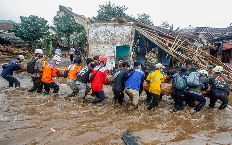 Sejumlah relawan gabungan mengevakuasi material kayu yang terbawa banjir bandang di  Kampung Cibuntu, Desa Pasawahan, Kecamatan Cicurug, Sukabumi, Jawa Barat, Selasa (22/9/2020). Data sementara yang dikeluarkan Badan Penanggulangan Bencana Daerah Kabupaten Sukabumi, Jawa Barat, dampak akibat banjir bandang yang terjadi di Kecamatan Cicurug, Senin (21/9), mengakibatkan 12 rumah hanyut dan 85 rumah terendam. ANTARA FOTO/Yulius Satria Wijaya