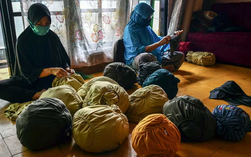 Pekerja menyelesaikan pembuatan celana dalam di Rumah produksinya Kampung Babakan Kalangsari, Kota Tasikmalaya, Jawa Barat, Selasa (22/9/2020). Pelaku usaha memanfaatkan limbah kain dari industri tekstil yang dijadikan celana dalam untuk diekspor ke Nigeria, bahkan permintaan pasar nasional masih belum terpenuhi akibat kekurangan bahan baku limbah kain ditambah kesulitan mencari tenaga pekerja. ANTARA FOTO/Adeng Bustomi