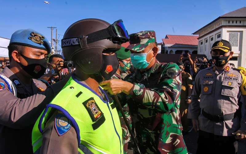 Danrem 011/Lilawangsa, Kolonel Inf Sumirating Baskoro (kedua kanan) memasang pita kepada Satgas Covid-19 Hunter di Mapolres Lhokseumawe, Aceh, Selasa (22/9/2020). Kepolisian jajaran Polda Aceh membentuk team Peu Croek Covid-19 Hunter yang akan bertugas memburu pelanggar protokol Kesehatan dan memberi respons cepat dalam mencegah penyebaran Covid-19 yang semakin meningkat di Aceh. ANTARA FOTO/Rahmad