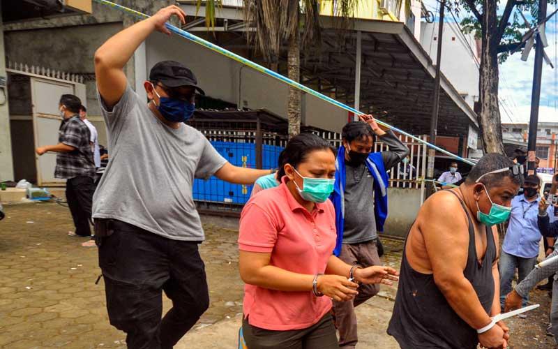 Anggota BNN mengawal tersangka usai melakukan penggerebekan di Palembang, Sumatera Selatan, Selasa (22/9/2020). BNN Mengamankan Anggota DPRD Kota Palembang 2019-2024 dari Partai Golkar Doni sebagai bandar narkoba dan 5 orang tersangka lainnya serta barang bukti narkoba jenis sabu seberat 5kg dan 30.000 butir ekstasi. ANTARA FOTO/R.M. Amri Ramdhani