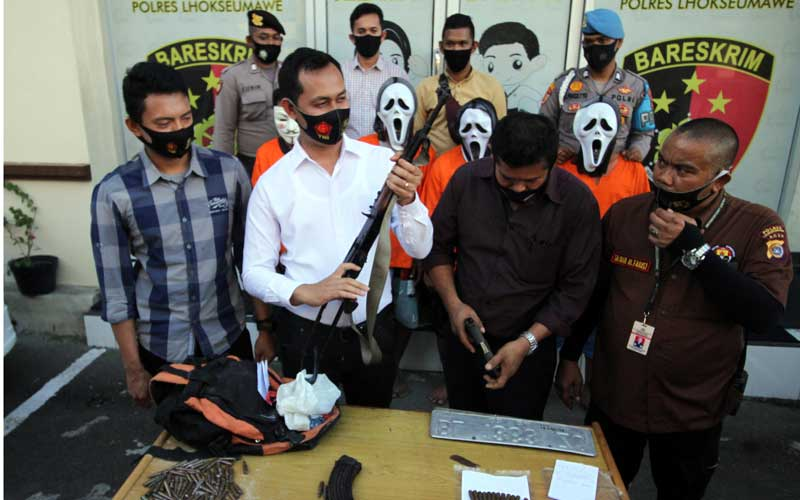 Polisi Satuan Reserse Kriminal menghadirkan Empat tersangka penculikan bersama barang bukti senjata api di Polres Lhokseumawe, Aceh, Selasa (22/9/2020). Ke Empat tersangka jaringan Kelompok Kriminal Bersenjata (KKB) itu yakni MJ, IS (28), AU (40), dan JN (34) melakukan penculikan terhadap Maimun Darwis (44) pemilik Showroom sepeda motor di Lhokseumawe, ditangan tersangka polisi mengamankan 1 pucuk AK-56, 24 butir peluru dan 1 pucuk pistol Sig Sauer berikut 5 butir peluru. ANTARA FOTO/Rahmad