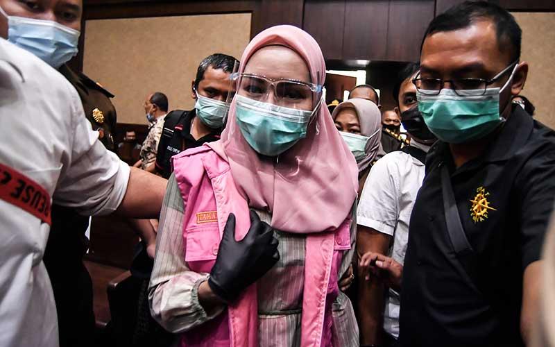 Terdakwa kasus suap pengurusan pengajuan fatwa Mahkamah Agung (MA) untuk membebaskan Djoko Tjandra, Pinangki Sirna Malasari (tengah) bersiap untuk mengikuti sidang perdana di Pengadilan Negeri Jakarta Pusat, Rabu (23/9/2020). Sidang tersebut beragendakan pembacaan dakwaan dalam kasus dugaan suap dan tindak pidana pencucian uang (TPPU) oleh pihak Jaksa Penuntut Umum. ANTARA FOTO/Muhammad Adimaja
