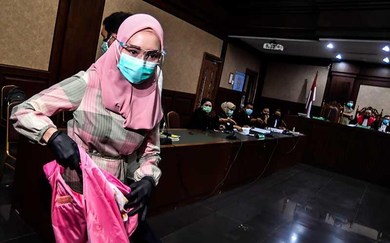 Terdakwa kasus suap pengurusan pengajuan fatwa Mahkamah Agung (MA) untuk membebaskan Djoko Tjandra, Pinangki Sirna Malasari, mengikuti sidang perdana di Pengadilan Negeri Jakarta Pusat, Rabu (23/9/2020). Sidang tersebut beragendakan pembacaan dakwaan dalam kasus dugaan suap dan tindak pidana pencucian uang (TPPU) oleh pihak Jaksa Penuntut Umum. ANTARA FOTO/Muhammad Adimaja