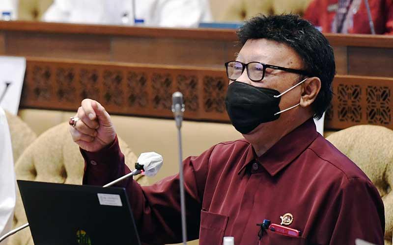 Menpan RB Tjahjo Kumolo (kanan) mengikuti rapat kerja dengan Komisi II DPR di Kompleks Parlemen, Senayan, Jakarta, Rabu (23/9/2020). Rapat kerja tersebut membahas penyesuaian RKA K/L Kemenpan RB tahun anggaran 2021 sesuai hasil pembahasan Bandan Anggaran DPR. ANTARA FOTO/Hafidz Mubarak A