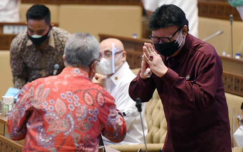 Menpan RB Tjahjo Kumolo (kanan) menyapa anggota DPR saat mengikuti rapat kerja dengan Komisi II DPR di Kompleks Parlemen, Senayan, Jakarta, Rabu (23/9/2020). Rapat kerja tersebut membahas penyesuaian RKA K/L Kemenpan RB tahun anggaran 2021 sesuai hasil pembahasan Bandan Anggaran DPR. ANTARA FOTO/Hafidz Mubarak A