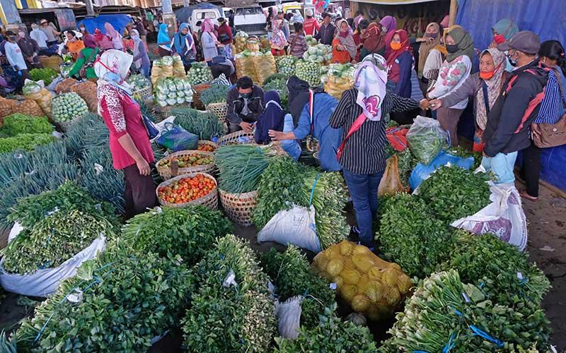 Suasana transaksi di Sub Terminal Agribisnis Ngablak, Magelang, Jateng, Rabu (23/9). Menurut pedagang sayuran sejak pandemi Covid-19 enam bulan lalu transaksi sayuran di Sub Terminal Agribisnis Ngablak mengalami penurunan hingga 50 persen dibanding sebelum pandemi Covid-19. ANTARA FOTO/Anis Efizudin