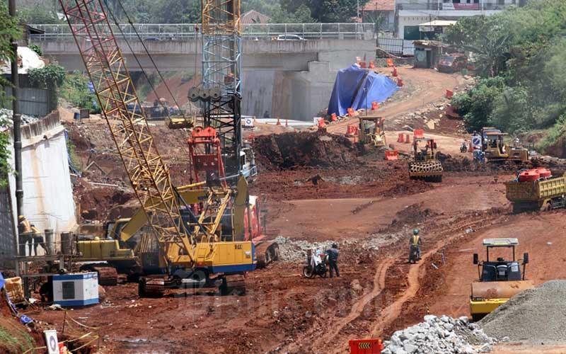 Suasana pembangunan proyek tol Serpong-Cinere di Jakarta, Rabu (23/9/2020).  Progres pembebasan lahan jalan tol Serpong-Cinere secara keseluruhan telah mencapai 92,17 persen, sedangkan konstruksinya hingga 30 Juli 2020 telah mencapai 83,33 persen dan diperkirakan dapat difungsionalkan Desember 2020. Bisnis/Dedi Gunawan