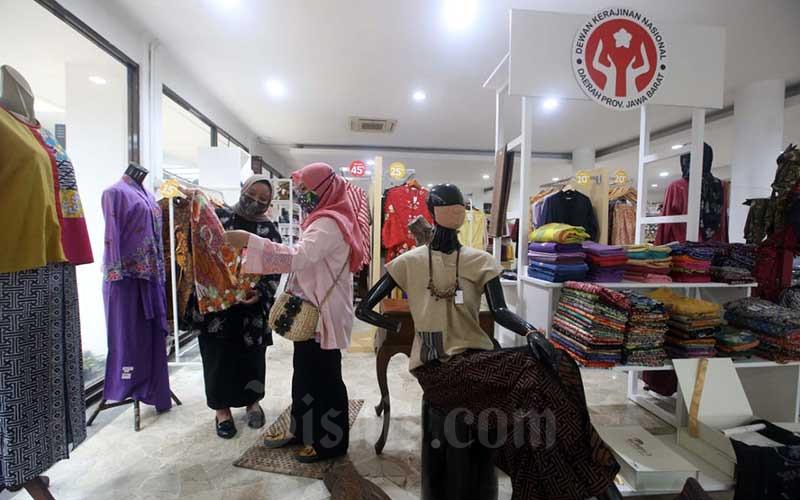 Pengunjung melihat-lihat produk UMKM yang dipajang di Kerabat Store (Kerajinan Jawa Barat Store) Dewan Kerajinan Nasional Daerah (Dekranasda) Provinsi Jawa Barat di Bandung, Jawa Barat, Rabu (23/9/2020). Dekranasda Jabar memiliki Kerabat Store sebagai ruang kreativitas bagi pelaku usaha mikro kecil menengah (UMKM) di Jabar. Bisnis/Rachman