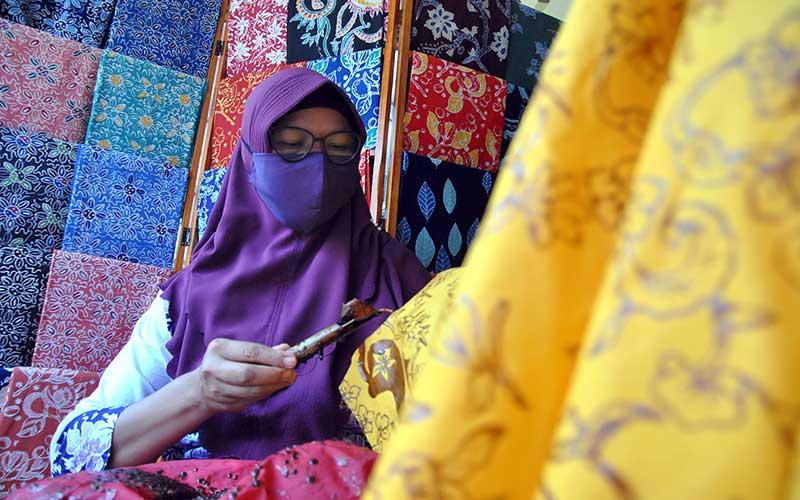 Sejumlah perajin mengerjakan pembuatan batik tulis dengan motif khas Bogor di Kampung Batik, Neglasari, Cibuluh, Kota Bogor, Jawa Barat, Rabu (23/9/2020). Kampung sentra batik Bogor yang memiliki delapan kelompok dan 40 perajin tersebut menjadi wisata edukasi tematik serta tetap berproduksi di tengah pandemi Covid-19 dengan melayani pesanan melalui media sosial. ANTARA FOTO/Arif Firmansyah