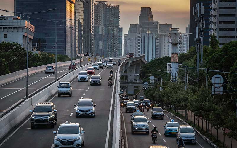 Kendaraan melintas di kawasan Menteng Dalam, Jakarta, Rabu (23/9/2020). Dinas Perhubungan DKI Jakarta mencatat selama sepekan penerapan Pembatasan Sosial Berskala Besar (PSBB) Jakarta, terjadi penurunan yang fluktuatif pada volume kendaraan masuk ke Ibu Kota hingga 19 persen. ANTARA FOTO/Aprillio Akbar