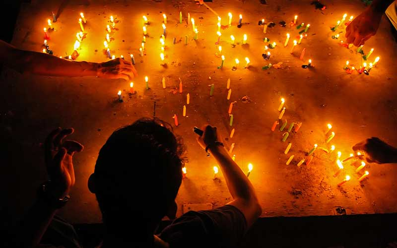 Sejumlah jurnalis menyalakan lilin dalam aksi peringati 21 Tahun Lahirnya Undang-undang Pers di Lhokseumawe, Aceh, Rabu (23/9/2020). Dalam peringatan kelahiran UU Nomor 40 Tahun 1999 tentang Pers itu jurnalis meminta aparat penegak hukum menggunakan UU Pers dalam penanganan kasus-kasus kekerasan terhadap jurnalis di tanah air dan sengketa pemberitaan. ANTARA FOTO/Rahmad