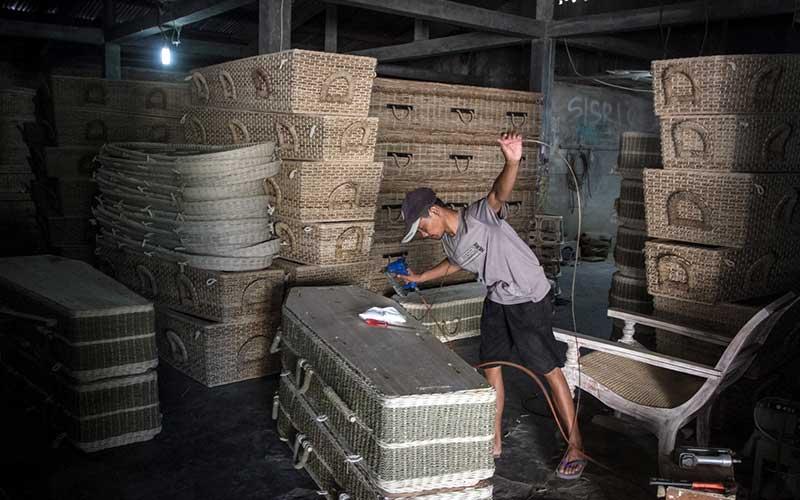Perajin menyelesaikan pembuatan  peti mati berbahan rotan di Desa Transan, Sukoharjo, Jawa Tengah, Kamis (24/9/2020). Menurut perajin permintaan peti mati rotan yang diekspor ke sejumlah negara di Eropa meningkat hingga 40 persen sejak Pendemi Covid-19. ANTARA FOTO/Mohammad Ayudha