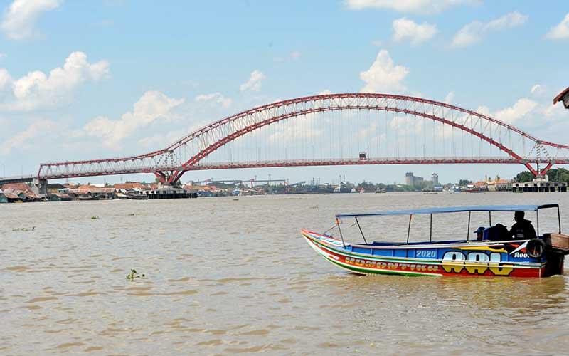 Sejumlah pekerja melakukan aktivitas pembangunan Jembatan Musi VI di kawasan Seberang Ulu I Palembang,Sumsel, Kamis (24/9/2020). Pembangunan jembatan Musi VI  yang mulai berjalan kembali setelah sempat terhenti, ditargetkan rampung dan digunakan secara fungsional pada akhir tahun 2020. ANTARA FOTO/Feny Selly