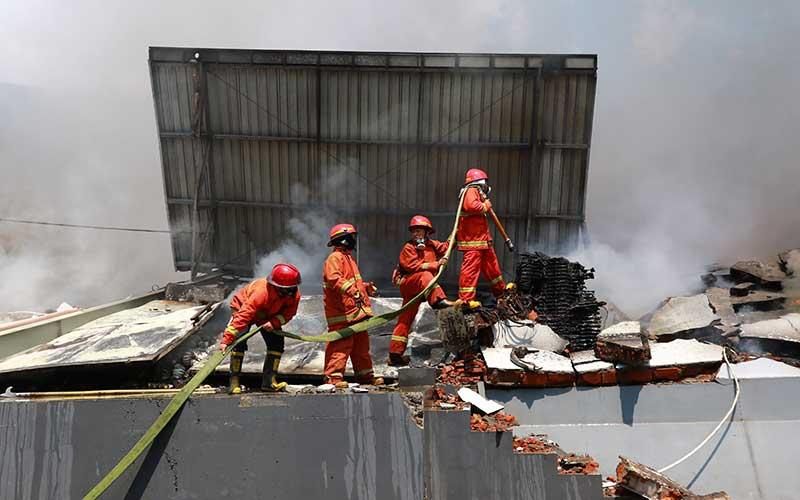 Petugas pemadam kebakaran berusaha memadamkan api yang membakar gudang pabrik popok PT Unirama Duta Niaga di Kepuharjo, Karangploso, Malang, Jawa Timur, Kamis (24/9/2020). Kebakaran yang diduga diakibatkan oleh korsleting listrik tersebut menyebabkan kerugian materi senilai Rp3 miliar. ANTARA FOTO/R. Robert