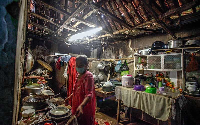 Warga beraktivitas di rumahnya kawasan Bojong Gede, Kabupaten Bogor, Jawa Barat, Kamis (24/9/2020). Pemerintah akan membedah 83.712 unit Rumah Tdak Layak Huni (RTLH) yang tersebar di 33 provinsi, perbaikan rumah merupakan salah satu program Bantuan Stimulan Perumahan Swadaya (BSPS) Kementerian PUPR di 2021. ANTARA FOTO/Yulius Satria Wijaya
