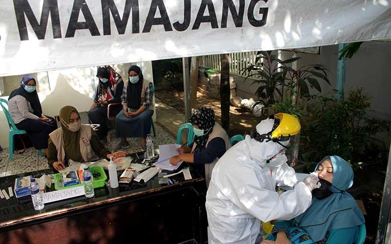 Warga menjalani tes usap (swab test) melalui mobil tes polymerase chain reaction (PCR) saat tes usap massal di Kecamatan Mamajang, Makassar, Sulawesi Selatan, Sabtu (26/9/2020). Tes usap massal dengan target 5.000 orang di 15 kecamatan sekota Makassar tersebut sebagai upaya menekan penularan Covid-19 yang masih tinggi di daerah itu. ANTARA FOTO/Arnas Padda