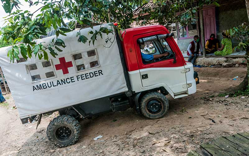 Kendaraan Alat Mekanis Multiguna Pedesaan (AMMDes) Ambulance Feeder membawa ibu hamil menuju puskesmas terdekat di Kecamatan Bojong Manik, Lebak, Banten, Sabtu (26/9/2020). Kecamatan Bojong Manik memanfaatkan kendaraan AMMDes bantuan dari Kementerian Perindustrian untuk digunakan mendukung program layanan ambulans Jemput Antar Ibu Hamil Bermasalah (Jamilah) guna menjangkau medan yang sulit dilalui sehingga dapat menekan angka kematian pada ibu hamil di daerah tersebut. ANTARA FOTO/Muhammad Bagus Khoirunas