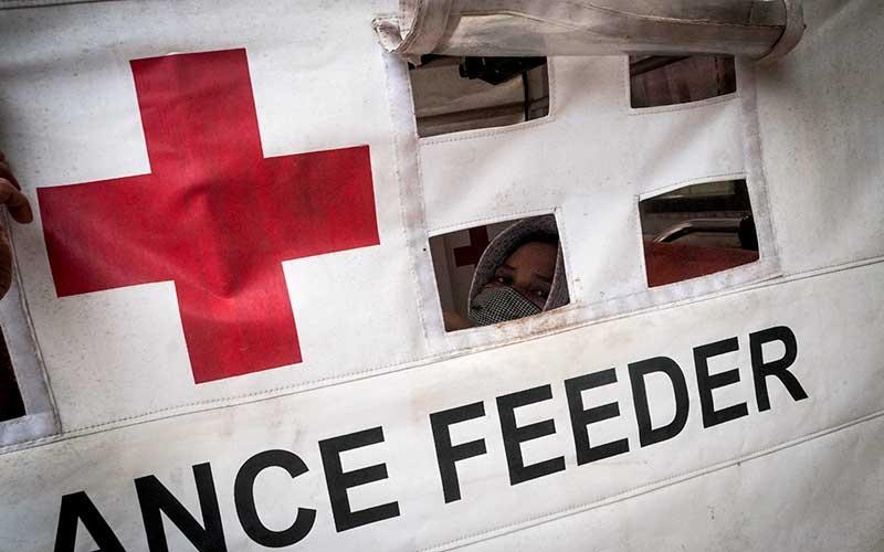 Seorang ibu hamil berada di dalam kendaraan Alat Mekanis Multiguna Pedesaan (AMMDes) Ambulance Feeder sebelum menuju puskesmas terdekat di Kecamatan Bojong Manik, Lebak, Banten, Sabtu (26/9/2020). Kecamatan Bojong Manik memanfaatkan kendaraan AMMDes bantuan dari Kementerian Perindustrian untuk digunakan mendukung program layanan ambulans Jemput Antar Ibu Hamil Bermasalah (Jamilah) guna menjangkau medan yang sulit dilalui sehingga dapat menekan angka kematian pada ibu hamil di daerah tersebut. ANTARA FOTO/Muhammad Bagus Khoirunas